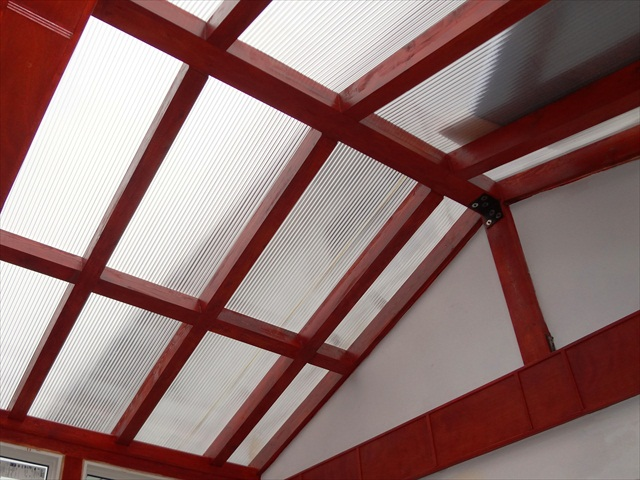Polycarbonate cover over a solarium rafters.